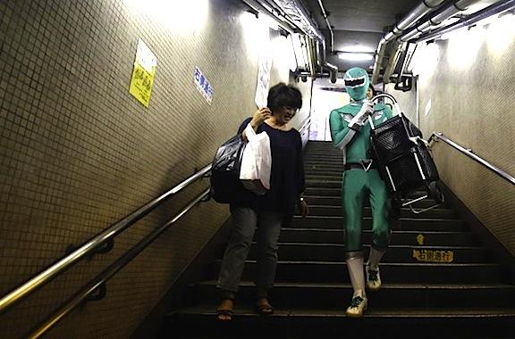 persona disfrazada ayuda a cargar cosas