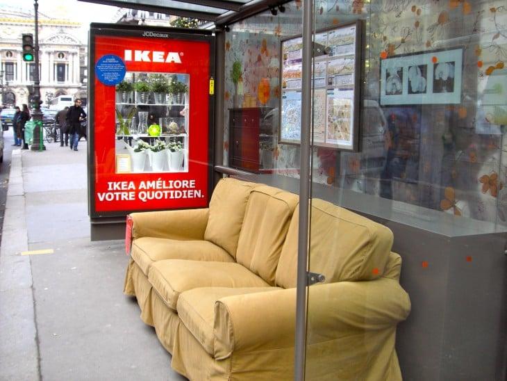 Publicidad de Ikea en la via publica, sofa en parada de coooectivo
