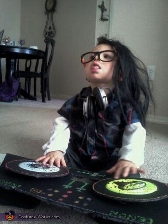 niño disfrazado de Dj de Skrillex