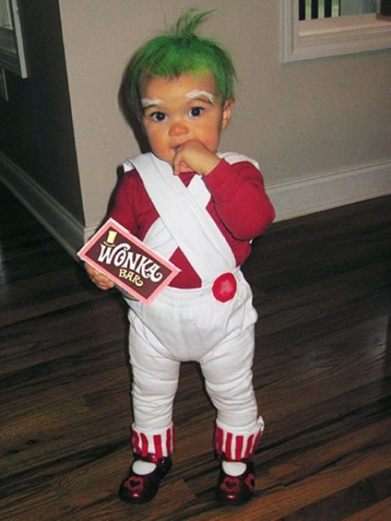 niño disfrazado de umpa lumpa como en la película de charlie y la fabrica de chocolates