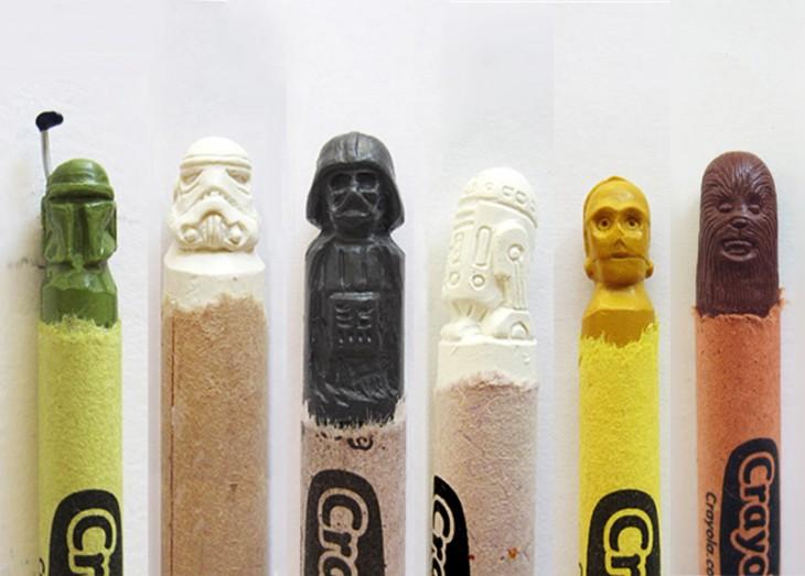 Esculturas con las cabezas de los personajes de Star Wars sobre unas crayolas