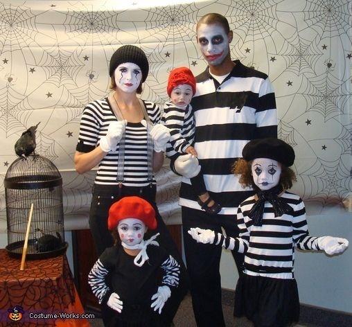 familia disfrazada de mimos