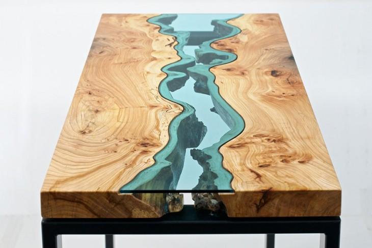 Mesa de madera que simula tener un río en el centro