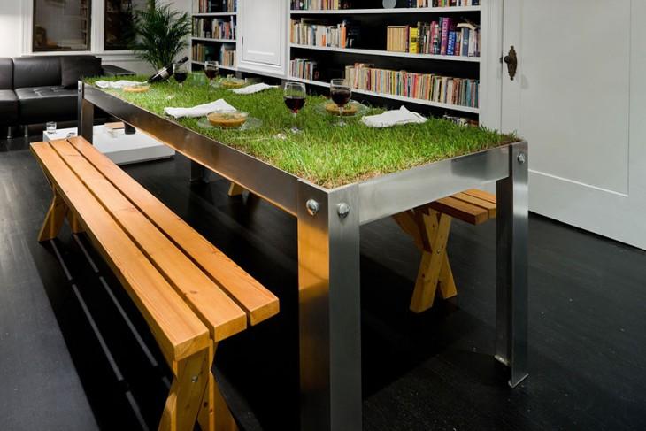 Recamara de una biblioteca con una medas de pasto y platos