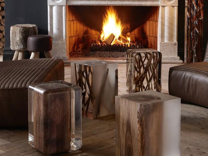 Mesas y asientos hechos con vidrio, madera y aluminio