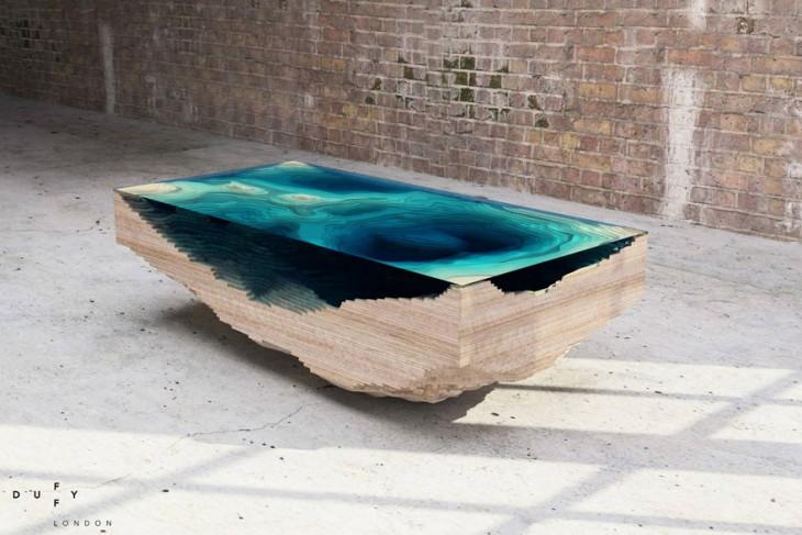 Mesa de piedra con el diseño de un mapa de un océano