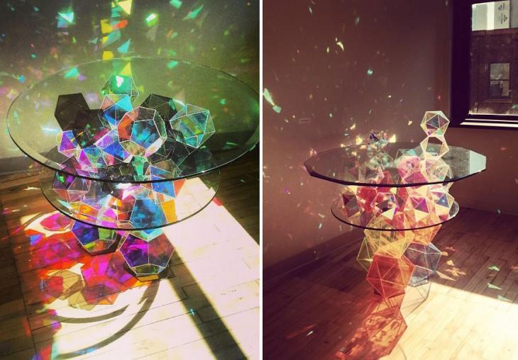 Dos mesas de vidrio con luces de discoteca