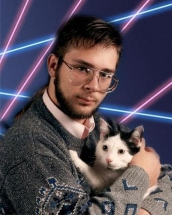 chico con un gato abrazado a su pecho
