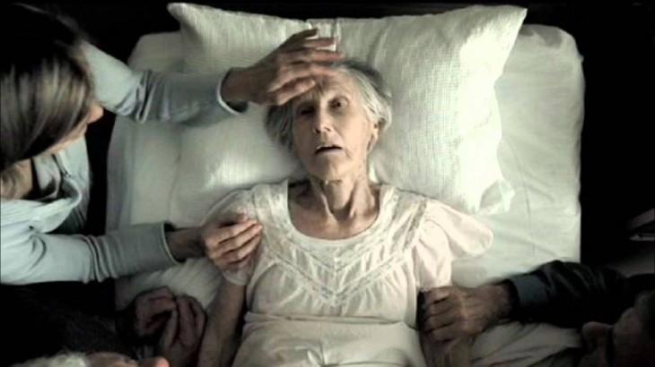 Anciana en su lecho de muerte