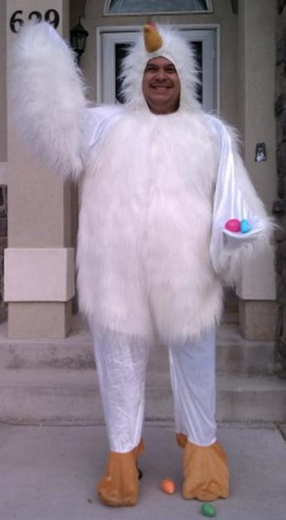 hombre disfrazado de pollo