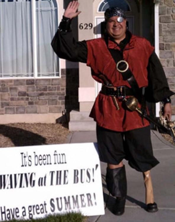 Homem vestido como o pirata