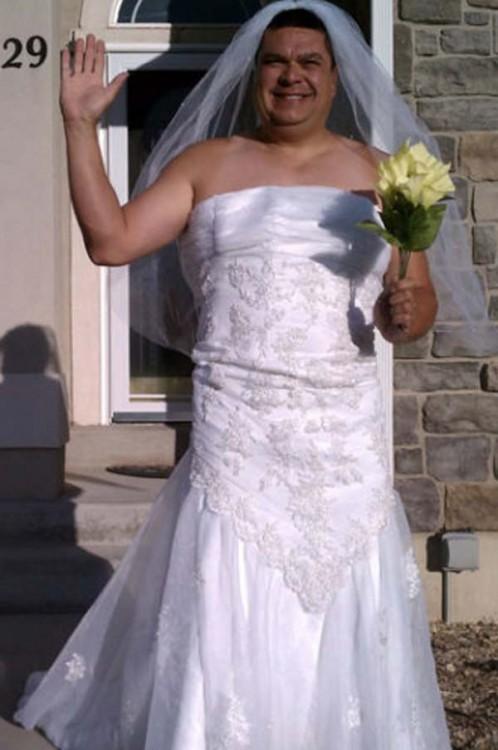 homem vestido como uma futura esposa