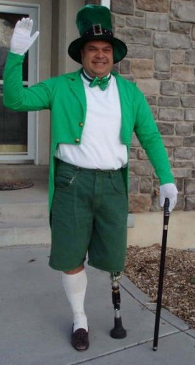 hombre disfrazado de leprechaun