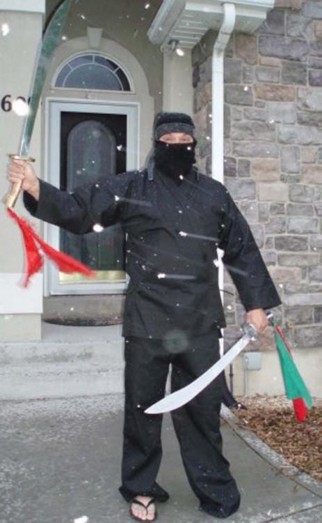 Homem vestido como ninja