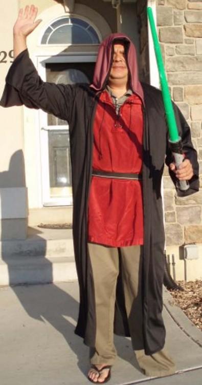 hombre disfrazado de jedi