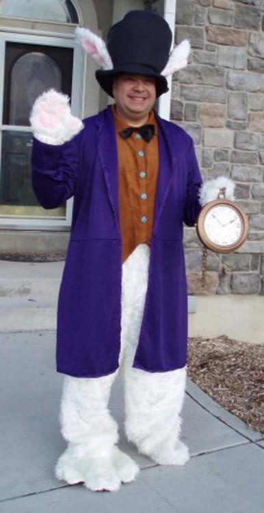 hombre disfrazado de conejo
