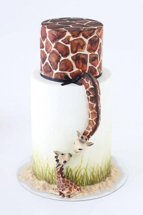 Pastel con el diseño de dos jirafas a punto de darse un beso