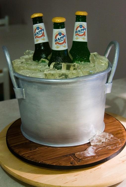 Pastel con forma de cubeta con cerveza y hielos