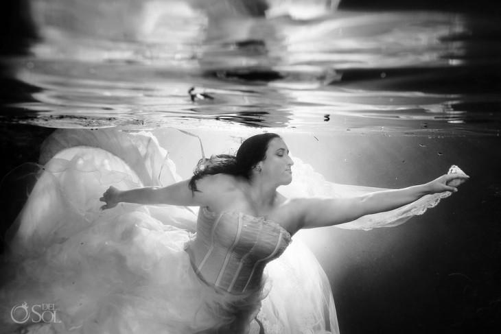 Mujer vestida de novia debajo del mar