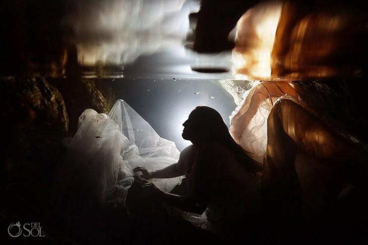 Fotografía de perfil de una chica debajo del mar