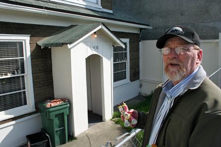hombre al frente de su casa