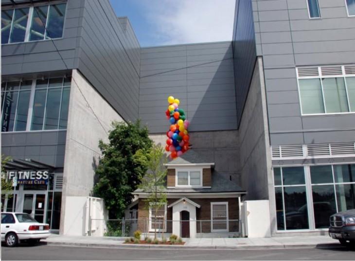 casa en medio de un shopping con globos