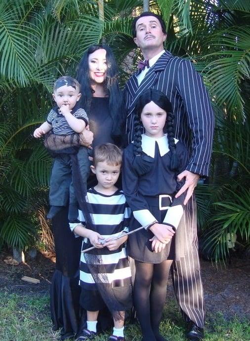 familia disfrazada de la familia adams