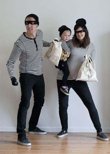 familia disfrazada de asaltantes
