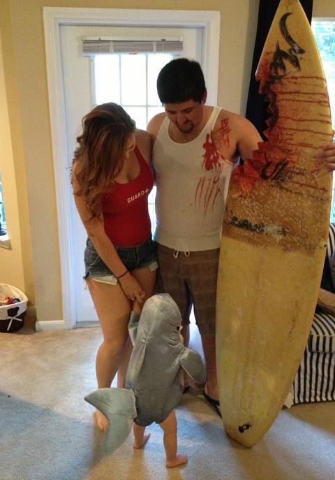 bebe disfrazado de tiburon asesino