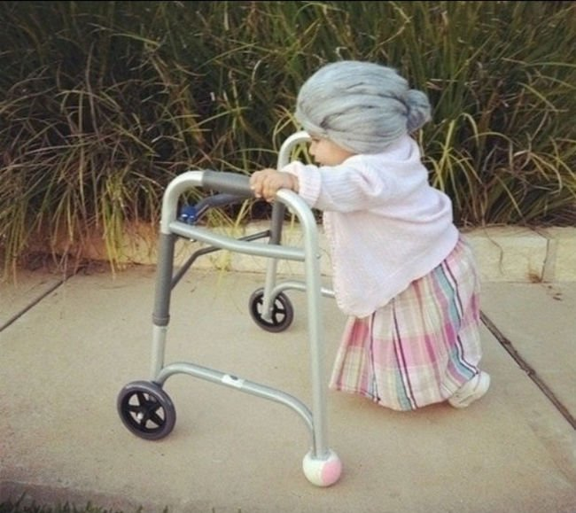 niña vestida de anciana
