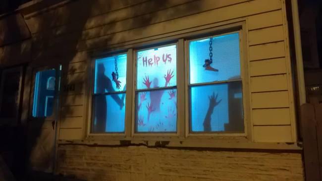 casa del terror con manos en los espejos