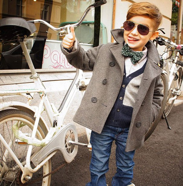 niño con abrigo gris