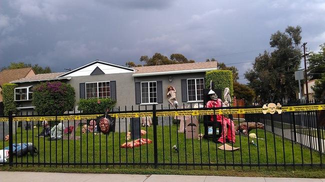 jardin acordonado con figuras de terror