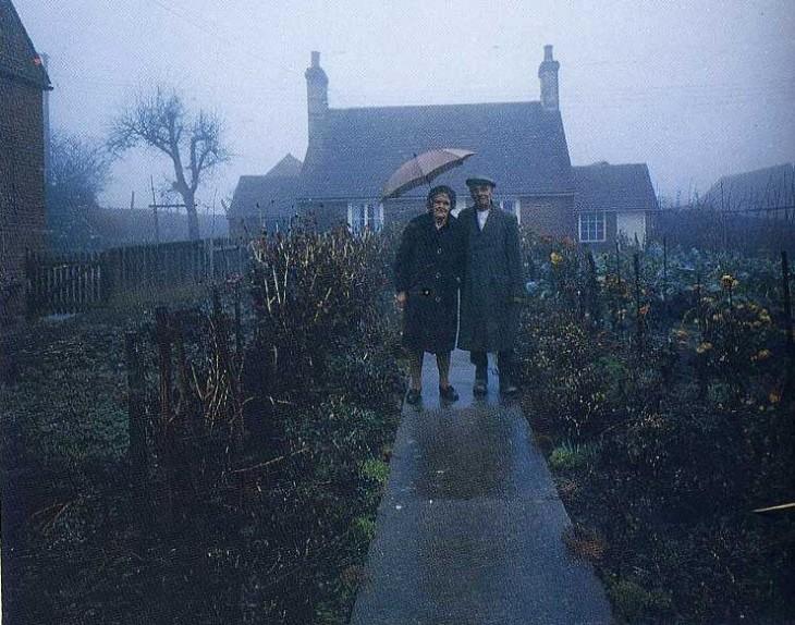 hombre y mujer al frente de su casa invierno