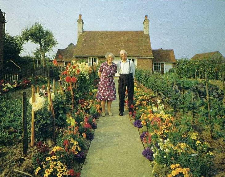 hombre y mujer al frente de su casa primavera