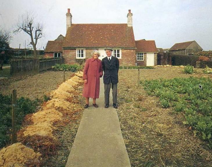 hombre y mujer al frente de su casa verano