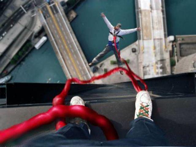 hombre saltando de edificio