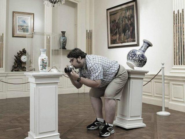 hombre rompe cerámica cara