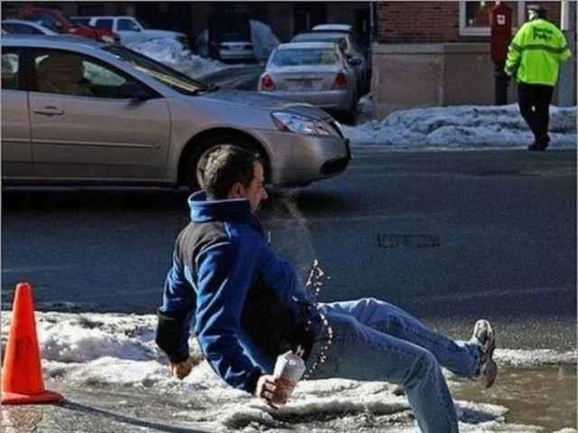 hombre cayéndose por la nieve
