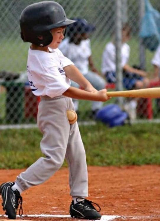 beisbolista recibe pelotazo en la entre pierna