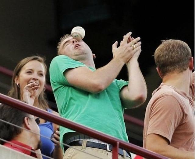 hombre recibe pelotazo en la cara