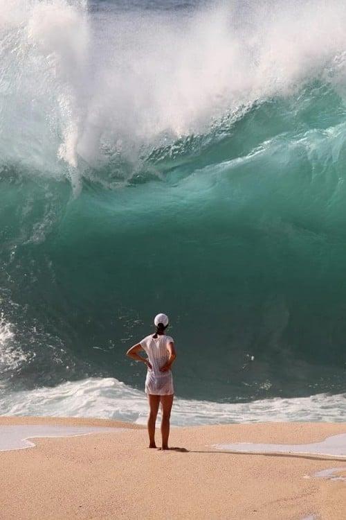 mujer en frente de una ola