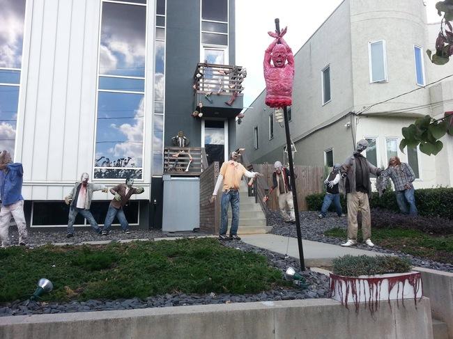 casa con figuras de zombies