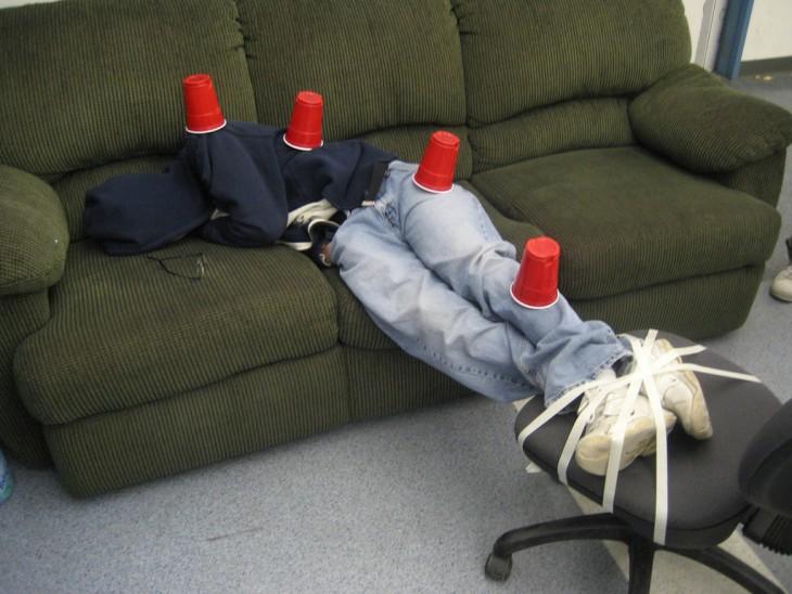 borracho con fila de vasos