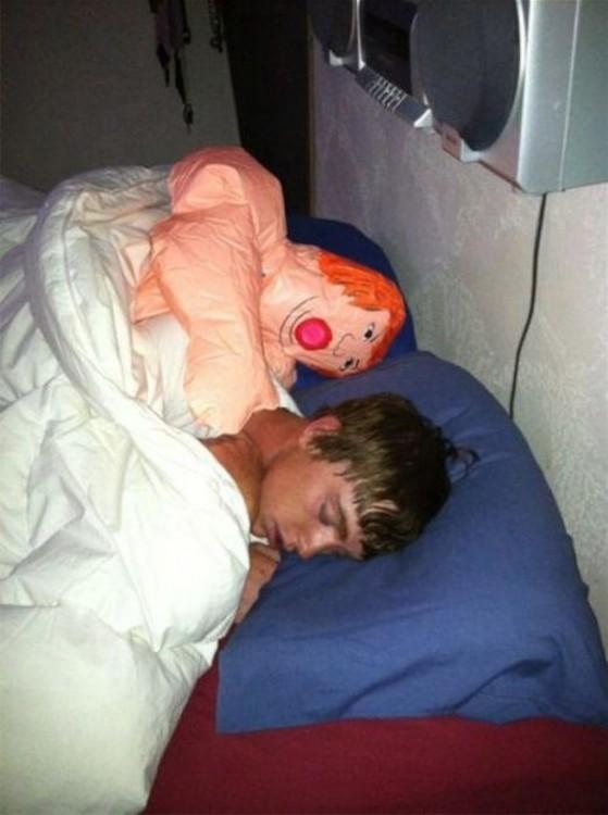 acostado con un muñeco inflable
