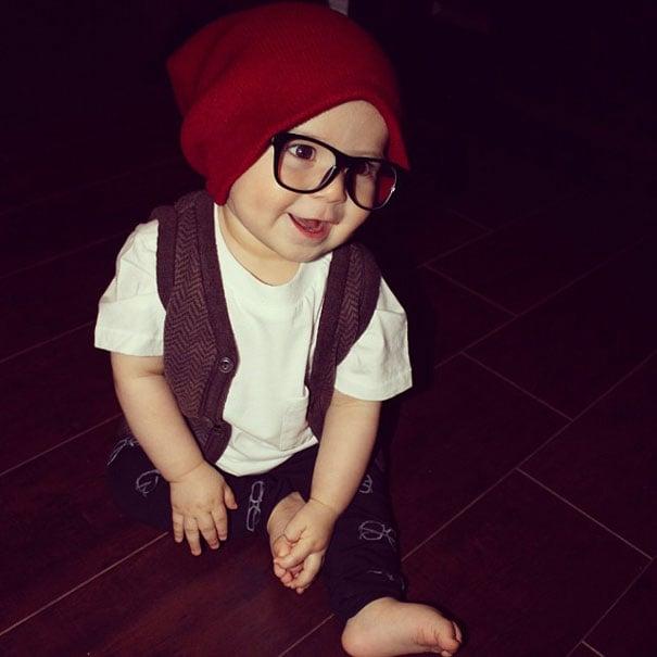 niño con gorro rojo y lentes