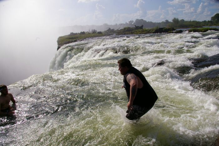 señor parado al final de la cascada