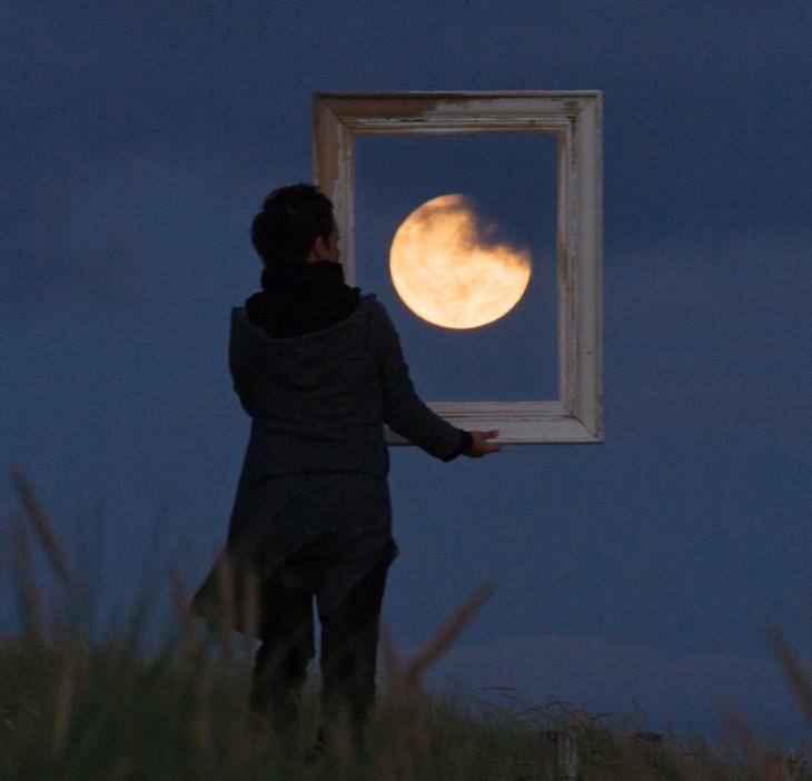 un cuadro de la luna