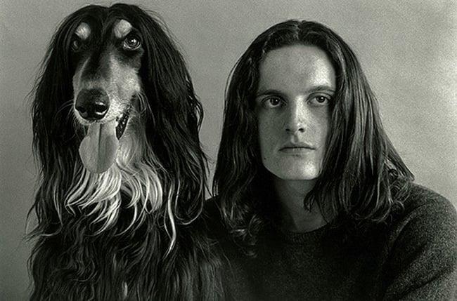 perro y muchacho de cabello largo