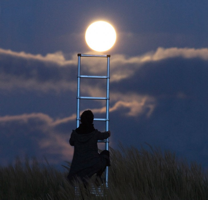 una escalera para bajar la luna